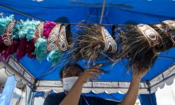 Relawan menata kerajinan tangan khas Papua di Stadion Akuatik, Kampung Harapan, Kabupaten Jayapura, Papua, Selasa (28/9/2021). Berbagai kerajinan tangan seperti tas lukis, ikat kepala dan lainnya tersebut dijual dengan harga mulai dari Rp100 ribu hingga Rp300 ribu di arena olahraga saat pelaksanaan PON Papua 2021.