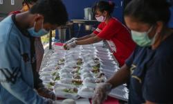 In Picture: Aksi Berbagi Makanan untuk Warga Isoman