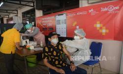 In Picture: Anies Sambangi Mobil Vaksinasi Keliling Bank DKI