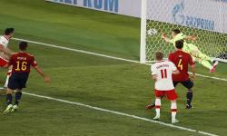 Robert Lewandowski (kiri, atas) dari Polandia mencetak gol penyeimbang 1-1 selama pertandingan sepak bola babak penyisihan grup E UEFA EURO 2020 antara Spanyol dan Polandia di Seville, Spanyol, 19 Juni 2021.
