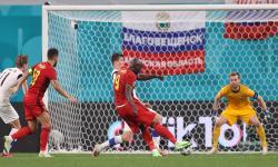 Romelu Lukaku (tengah) dari Belgia mencetak keunggulan 2-0 saat laga penyisihan grup B UEFA EURO 2020 antara Finlandia melawan Belgia di St.Petersburg, Rusia, 21 Juni 2021.