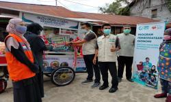Rumah Zakat-YBM PLN Serahkan Gerobak Baru untuk Mujiati