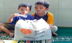 Rumah Zakat Berikan Kado Lebaran Yatim di Pasaman