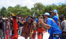 Salah satu pemilik ulayat Malamoi mengambil api abadi di PLTMG Pertamina, Distrik Klamono, Kabupaten Sorong, Papua Barat, Sabtu (25/9/2021). Mengawali rangkaian PON Papua, PLTMG Klamono dipercayakan sebagai tempat pengambilan api PON dengan sejarah dimulainya industri minyak dan gas di tanah Papua.