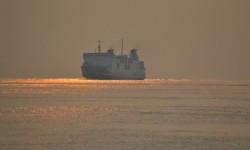 Penumpang Kapal Selat Sunda Rasakan Tingginya Gelombang