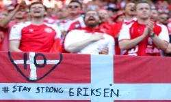 Sebuah pesan yang didedikasikan untuk pemain sepak bola Denmark Christian Eriksen ditulis pada bendera Denmark sebelum pertandingan sepak bola babak penyisihan grup B UEFA EURO 2020 antara Denmark dan Belgia di Kopenhagen, Denmark, 17 Juni 2021.