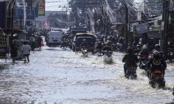 Kali Licin Meluap, Genangi Sejumlah Akses Jalan di Depok