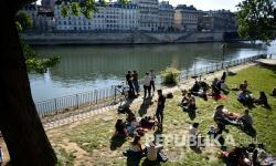 Polisi Prancis Bubarkan Kerumunan di Tepi Sungai Seine