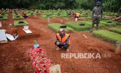 In Picture: Pelanggar Prokes Diajak Berdoa di Makam Khusus Covid-19