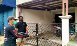 Pemuda Ciputat Semprot Disinfektan Cegah Penyebaran Corona