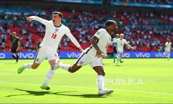 Selebrasi pemain Timnas Inggris Raheem Sterling  (kanan) usai mencetak gol ke gawang Kroasia dalam laga perdana Grup D Euro 2020 antara Inggris melawan Kroasia di Stadion Wembley, Inggris, Ahad (13/6) malam.