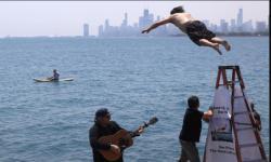 Demi Hilangkan Stres, Pria Ini Lompat ke Danau Tiap Hari
