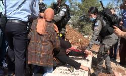 Ibu Palestina Lindungi Makam Putranya dari Polisi Israel