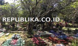 Seorang warga sedang berziarah ke makam keluarganya di hari pertama Lebaran 2020, Ahad (25/5) di TPU Cirimeker, Cibinong, Jawa Barat.