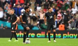 Serge Gnabry (tengah) dari Jerman dan rekan satu timnya bereaksi selama pertandingan sepak bola babak 16 besar UEFA EURO 2020 antara Inggris dan Jerman di London, Inggris, Rabu (30/6)..
