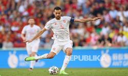 Sergio Busquets dari Spanyol bersiap untuk mengoper bola pada pertandingan babak 16 besar Euro 2020 antara Kroasia dan Spanyol di Stadion Parken di Kopenhagen, Senin (28/6).