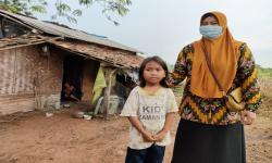 Bocah Tujuh Tahun Ini Seorang Diri Urus Ibunya yang ODGJ
