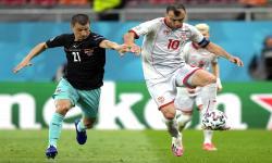 Stefan Lainer (kiri) dari Austria beraksi melawan Goran Pandev (kanan) dari Makedonia Utara selama pertandingan sepak bola babak penyisihan grup C UEFA EURO 2020 antara Austria dan Makedonia Utara di Bucharest, Rumania, Senin (14/6) dini hari WIB.