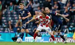 Stuart Armstrong dari Skotlandia, Luka Modric dari Kroasia dan Lyndon Dykes dari Skotlandia, dari kiri, berebut bola dalam pertandingan grup D kejuaraan sepak bola Euro 2020 antara Kroasia dan Skotlandia di Stadion Hampden Park di Glasgow,  Rabu (23/6) dini hari WIB.