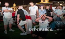 Suporter Inggris bereaksi atas kekalahan Inggris pada Final Euro 2020 di Trafalgar square di London, Inggris, Senin (12/7) dini hari WIB. Italia menang 3-2 dalam adu penalti setelah pertandingan berakhir 1-1 di waktu normal.