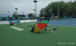 Tampak Petugas sedang memperbaiki lapisan karpet lapangan tenis di venue Tenis Walikota Jayapura.