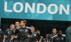 Skuad Jerman melakukan pemanasan sebelum pertandingan sepak bola babak 16 besar UEFA EURO 2020 antara Inggris dan Jerman di London, Inggris, Rabu (30/6).