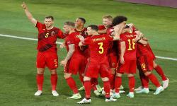 Thorgan Hazard (kanan depan) dari Belgia merayakan dengan rekan satu timnya setelah mencetak keunggulan 1-0 selama pertandingan sepak bola babak 16 besar UEFA EURO 2020 antara Belgia dan Portugal di Seville, Spanyol, 27 Juni 2021.