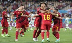 Thorgan Hazard (tengah) dari Belgia merayakan dengan rekan satu timnya setelah mencetak gol pembuka pada pertandingan sepak bola babak 16 besar UEFA EURO 2020 antara Belgia dan Portugal di Seville, Spanyol, 27 Juni 2021.