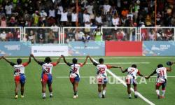 Tim rugby putri Papua menyapa penonton usai berhasil mengalahkan tim rugby Daerah Istimewa Yogyakarta (DIY) pada babak penyisihan Rugby 7s Putri PON Papua di Lapangan Rugby AURI, Kabupaten Jayapura, Papua, Rabu (13/10/2021). Pada pertandingan tersebut tim rugby putri Papua menang atas DIY dengan skor 22-5.