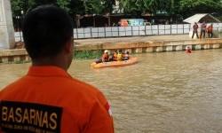 Minibus Terjun ke Sungai Kalimalang, Petugas Cari Korban