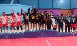 Tim sepak takraw putra Papua menerima medali emas dari nomor hoop, Senin (27/9).