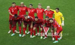 Tim Swiss berpose sebelum pertandingan grup A kejuaraan sepak bola Euro 2020 antara Swiss dan Turki di Stadion Olimpiade Baku di Baku, Azerbaijan, Ahad (20/6).