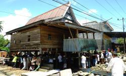 In Picture: Tradisi Memindahkan Rumah Panggung Bugis