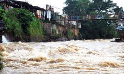 Tebing Vila di Cisarua Longsor Akibat Hujan Lebat