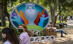 Warga berjalan di depan papan reklame Euro 2020 di Baku, Azerbaijan, pada Juni 2021. Baku menjadi salah satu tuan rumah Euro 2020.