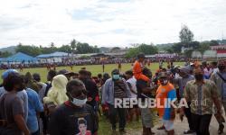 In Picture:  Polisi Bubarkan Kerumunan Massa di Papua Barat