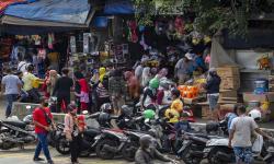 In Picture: Pengunjung Pasar Gembrong Abaikan Protokol Kesehatan