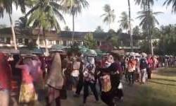 Saat Warga Lombok Begibung dengan Turis Asing