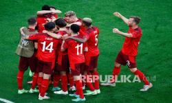 Xherdan Shaqiri dari Swiss melakukan selebrasi dengan rekan satu timnya setelah mencetak gol pertama timnya pada pertandingan perempat final kejuaraan sepak bola Euro 2020 antara Swiss dan Spanyol di Stadion Saint Petersburg di St. Petersburg, Rusia, Jumat (2/7).