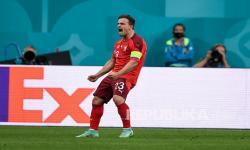 Xherdan Shaqiri dari Swiss berselebrasi usai mencetak gol bagi timnya pada pertandingan perempat final kejuaraan sepak bola Euro 2020 antara Swiss dan Spanyol, di Stadion Saint Petersburg di Saint Petersburg, Rusia, Jumat (2/7).