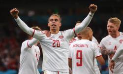 Yussuf Poulsen dari Denmark merayakan setelah mencetak keunggulan 2-0 selama pertandingan sepak bola babak penyisihan grup B UEFA EURO 2020 antara Rusia dan Denmark di Kopenhagen, Denmark, 21 Juni 2021.