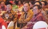 (dari kiri) Menteri Agama Lukman Hakim Saifuddin, Gubernur Bank Indonesia Agus Martowardojo dan Ketua BPH MES Muliaman D Hadad saat menghadiri Anugerah Syariah Republika (ASR) 2017 di Jakarta, Rabu (6/12)malam.