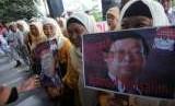 [ilustrasi] Massa dari Laskar Antikorupsi Pejuang 45 berunjuk rasa di depan Gedung Komisi Pemberantasan Korupsi (KPK), Jakarta, Senin (17/2). Mereka menuntut penyelesaian segera kasus Bantuan Likuiditas Bank Indonesia (BLBI) serta menangkap dan mengadili Samsul Nursalim dan Artalita Suryani.