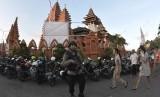 [ilustrasi] Petugas Brimob Polda Bali berjaga saat Misa di Gereja Katedral, Denpasar, Bali, Minggu (13/5). Pengamanan sejumlah Gereja di wilayah Bali diperketat pasca ledakan bom di tiga gereja di Surabaya.