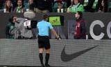 [ilustrasi] Wasit mengecek video assistant referee (VAR) dalam sebuah laga.