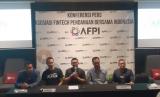 (Kiri) Founder dan CEO Amartha, Andi Taufan Garuda Putra saat menghadiri konferensi pers AFPI bersama empat perusahaa lainnya yang resmi kantongi izin usaha OJK di Jakarta.