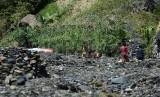 ?Warga beraktifitas di sungai yang kering di wilayah Kabupaten Tolikara, Papua, Sabtu (25/7). (Republika/Raisan Al Farisi)