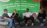(ki-ka) : Alfianto Domy Aji - Head Regional Corporate Affairs Gojek Jatim & Bali Nusra ; Leo Wibisono - Strategic Regional Head Gojek Jatim & Bali Nusra ; Chef Gery Nainggolan - Praktisi Kuliner,  dan Dety Quarina Rahadiantari - salah satu peserta Kursus Masak & Wirausaha.