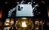 Di Indonesia, iPhone Mata 3 Lebih Laku Daripada . . . .. (FOTO: REUTERS/Florence Lo)