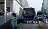 Bus Transjakarta menunggu penumpang di Halte Bundaran HI, Jakarta, Senin (25/3).